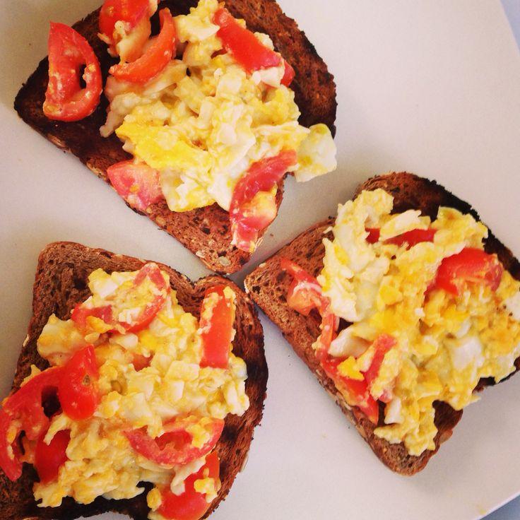 Un clásico: tostadas con huevo y tomate