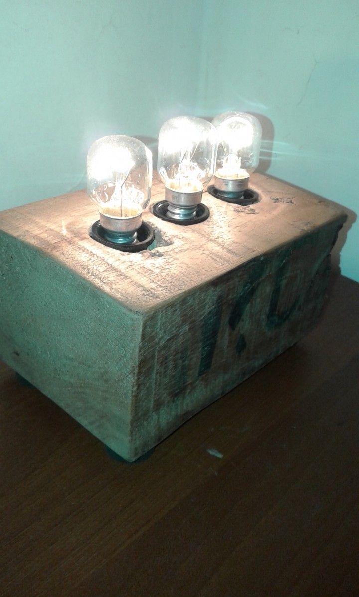 Con 3 lamparas de 5v, directo a 220v. Tamaño 15cm de ancho x 8cm de alto y 9cm de profundidad. Hechos a mano. Lijados , libres de astillas, la grafica en cada velador puede variar, ya que es madera reciclada Da una luz muy calidad ideal para tu mesita de luz.