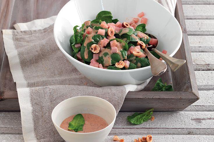Insalata di spinaci e rabarbaro con salsa di nocciole