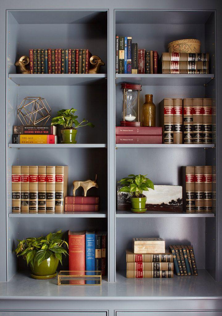 Встроенный шкаф в домашнем офисе наполнен большим количеством деталей делающих кабинет приятным и обжитым.  (деревенский,сельский,кантри,традиционный,индустриальный,лофт,винтаж,стиль лофт,индустриальный стиль,мебель,архитектура,дизайн,экстерьер,интерьер,дизайн интерьера,хранение,гардероб,шкаф,комод) .