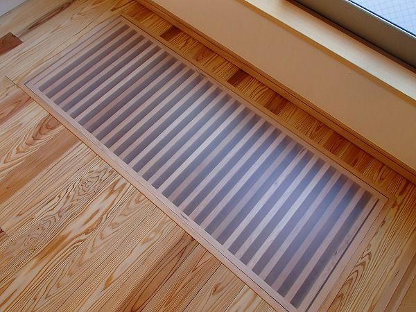 窓の下にある ひかり床 縦格子のすき間から1階に光を通します