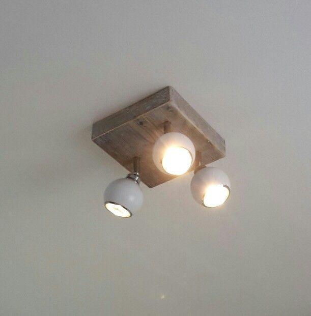 Steigerhouten plafond verlichting.
