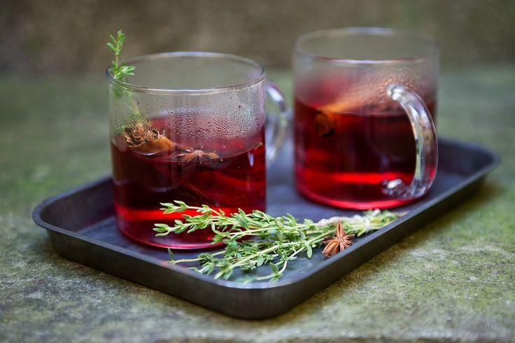Dieser wunderbar würzig-fruchtige Punsch aus Cranberrysaft, Sternanis, Thymian und Zimt eignet sich bestens, um mit Wodka aufgefüllt zu werden.