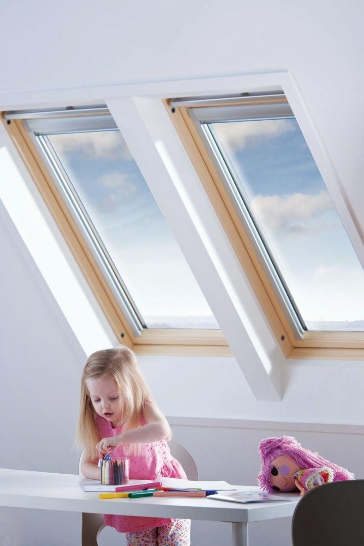 zwei schmale Dachfenster über den Tisch für optimales Licht im Tag