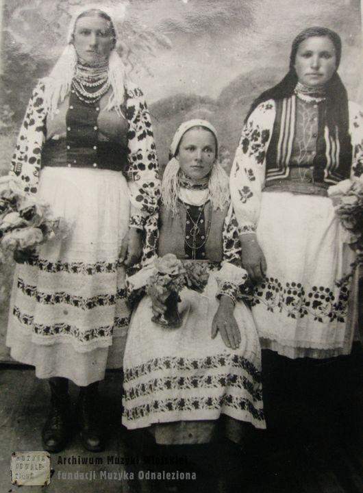 Pamiątkowe zdjęcie panien. Polesie Rówieńskie Luhcza, przed 1939 Young women of Polesia, Northern Ukraine, before 1939