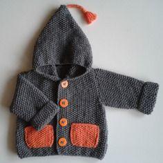 Veste à capuche bébé 18 à 24 mois tricotée main en laine grise avec poches et pompon lutin