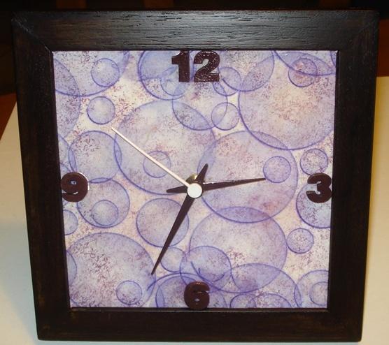Orologio realizzato a decoupage con cornice in legno.