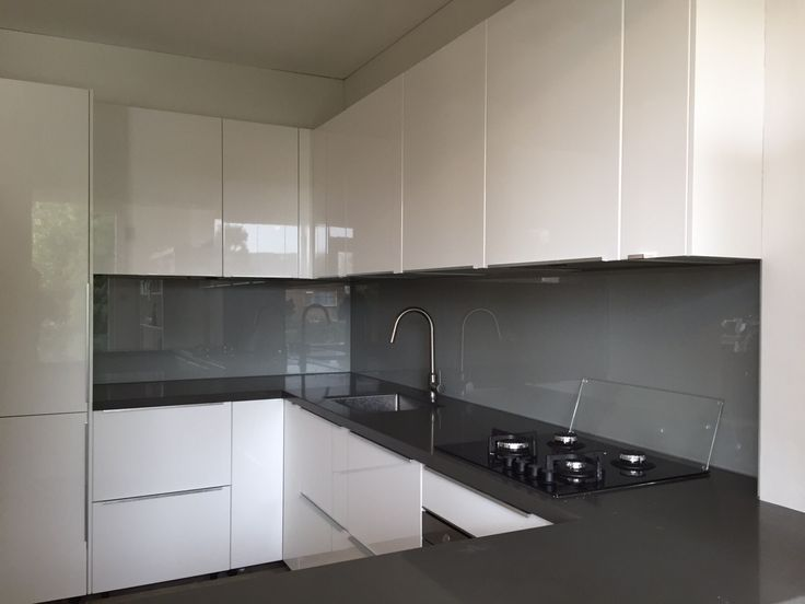 Metallic spatwand in een witte hoogglans keuken #splashback #keukenglas #backsplash #Interiorinspiration #kitcheninspiration #interiorinspiration #kitchenideas