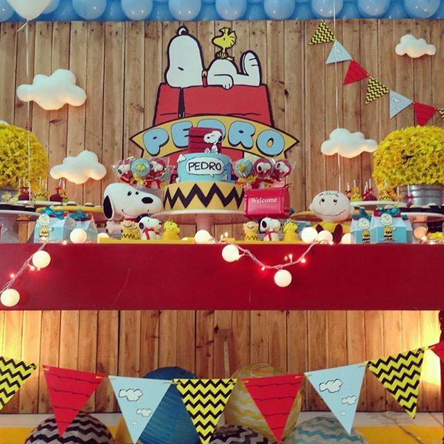 ❤️ Snoopy! Buffet: @vilaaue ; bolo: @jessicapsc ; @doces: @marianaparini_insta @petitpoisbrigaderia ; papelaria: @coisasda_anne ; flores: @grasseflores ; Mobilia: @locdecore ; Baloes: @christiano_artbaloes ; Helio: @balaomagiko