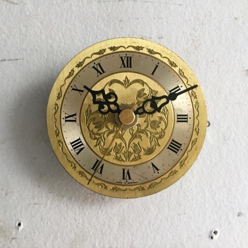 ヴィンテージの小さな壁掛け時計|丸いブラスのボディーが素敵なウォールクロックです!小さな時計なのでちょっとした壁の隙間や柱にちょこっとつけてあげるとカッコいいです!壁にかけるだけで華やかになるアイテムです。ご自宅のにはもちろん、カフェやレストラン、洋服屋さん、どこでも目に止まる素敵なインテリアとして飾ってください!