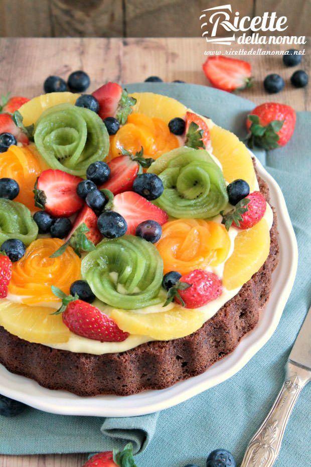Torta al cioccolato con crema e frutta fresca
