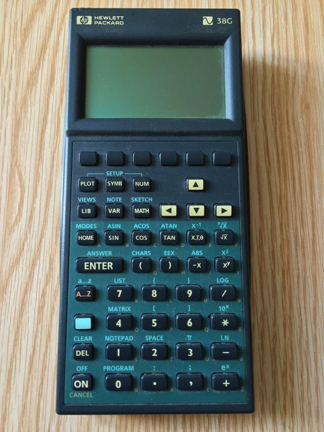 Bon là, c'est une calculatrice programmable, mais qui dit programmable dit ordinateur !  Donc CPU à 4 Mhz (Yorke Saturn 1LT8), 34 Kb de Ram, et langage de programmation proche du MS Basic (HP Basic)