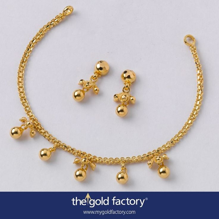A slice of 22K gold tinsel with polished ball drops, some with topa-paktar clusters bunched around them, dangling at regular intervals, creates a casual, playful mood in this sweet little necklace that enables it to be worn almost any time. The earrings, cute and lovely by themselves, are fine for continuous wear.  These Gold Factory specials are lightweight,fuss-free and original designs. Just give them a shot.