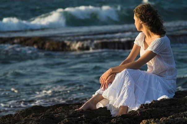 Одинокие вечера бывают разными. Иногда ты думаешь, что ты никому не нужен. А иногда никто не нужен тебе.