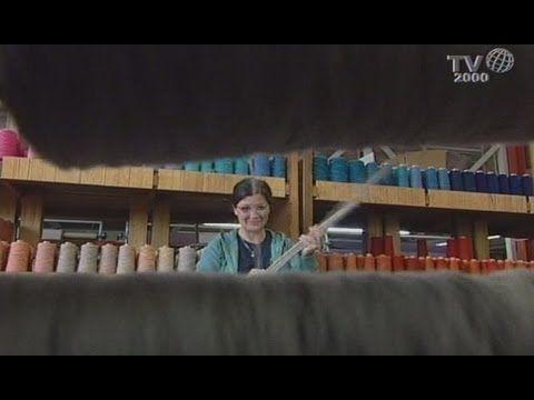 Nel laboratorio di Renata Bonfanti a Mussolente (Vicenza), si può ancora veder tessere a mano arazzi e tappeti. I disegni sono attuali, le tecniche di lavora...