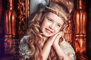 Маленькая девочка на троне