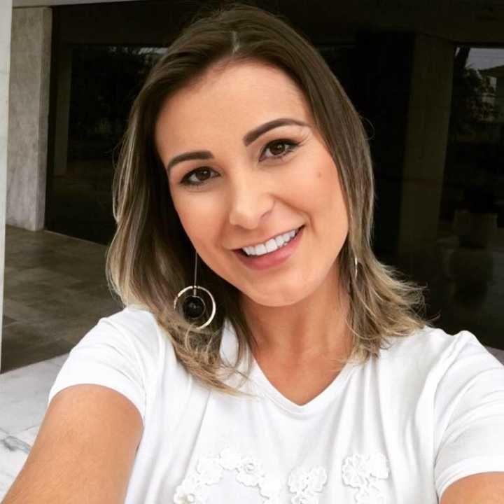 Andressa Urach se revolta após site republicar ensaio erótico