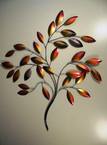 Bijzonder mooie metalen tak met bladeren als muurdecoratie.