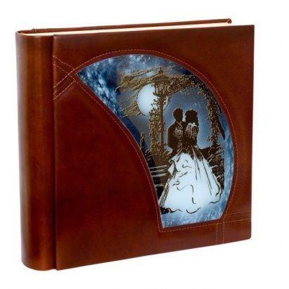Каждый раз, на поиски достойного подарка на свадьбу уходит очень много времени. Для того, чтобы облегчить задачу в этом нелегком деле, мы рекомендуем в качестве стильного подарка свадебный альбом «Влюбленные под луной». Это кожаное изделие со вставкой из художественного венецианского стекла ручной работы, выполненное в стилистике 19 века, станет роскошным украшением семейного гнезда на долгое время!  #podarkoff #vip #vippodarki #подаркоффру #подарки #подарок #gifts #russia #Россия #beautiful…
