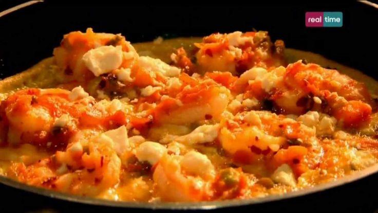 Cucina con Ramsay # 74:  Omelette con gamberi e feta Ecco una gustosa versione di Ramsay della classica omelette. Perfetta per un brunch! Non ripiegate l'omelette: con tutti i suoi deliziosi ingredienti è anche bella da vedere. Completate la cottura passandola sotto il grill e fatela scivolare direttamente sul piatto da portata. INGREDIENTI Olio...