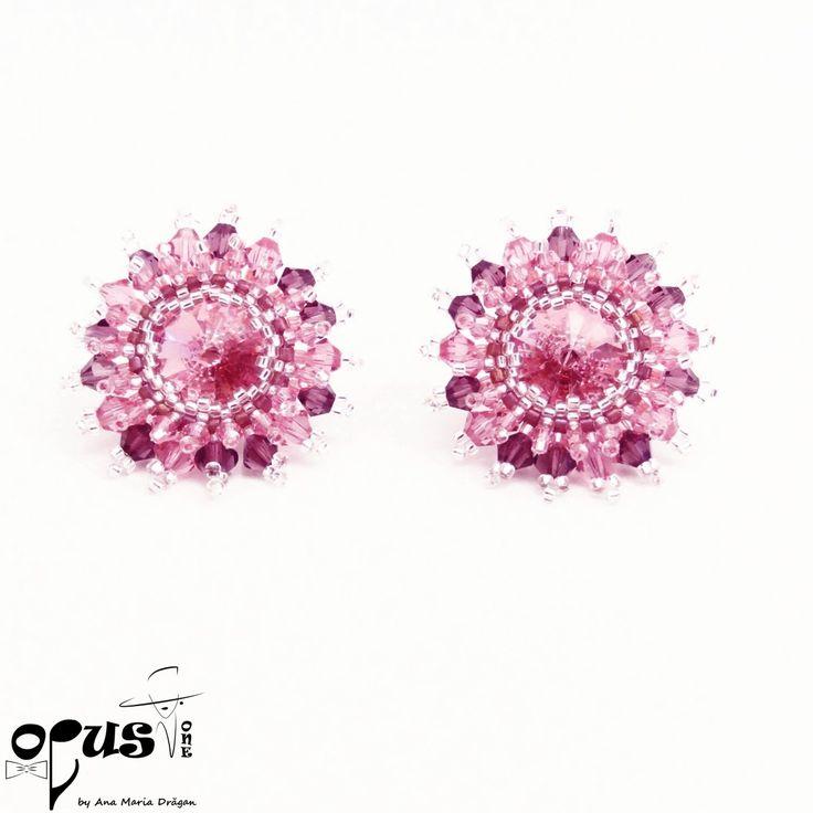Cercei in forma de floare realizati manual din Cristale Swarovski de diferite marimi si un Cristal Swarovski rivoli de 18 mm. Cerceii au inchizatoare de tip surub din argint