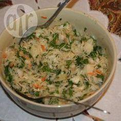 Sauerkrautsalat mit Apfel - Ein gesunder leckerer Salat mit frischem Sauerkraut. Das Sauerkraut wird mit Apfel, Möhren, Zwiebel und Petersilie kombiniert und mit einem einfachen Dressing vermischt.@ de.allrecipes.com