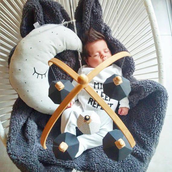 Paper origami mobile #nursery#monochrome#blackandwhite#babyroom#babymobile#nurserydesign#babygift#babyshower#paperorigami#etsyfinds https://www.etsy.com/il-en/listing/551805566/new-year-salespecial-pricewoodland