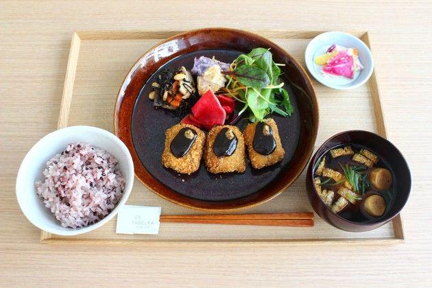 《 三越前 》①DO TABELKA(ドータベルカ) 《三越前》 一汁三菜「タベルカ定食」 出典:www.claska.com 一汁三菜「タベルカ定食」 和食の色鮮やかさと落ち着きを感じられるDO TABELKA(ドータベルカ)の定食。 普段より贅沢な気分を感じられる料理がたくさんあります。 「一汁三菜」定食は、ごはんと汁物、主菜1品、副菜2品、香の物で構成されます。ごはんは、健康に良いとされる酵素玄米や雑穀米などからもお選びいただけます。主菜は、野菜を中心に、でもしっかり食べ応えがあって満足できるもの。副菜は、季節の野菜や乾物を中心に、どこか懐かしさを感じるような定番の味をいろいろ。