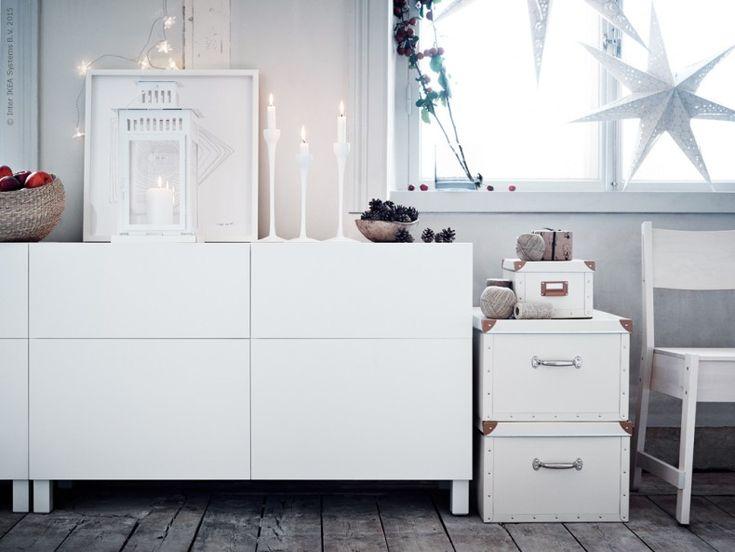 En hörna i vintrigt vitt. Förvara enkelt och silfullt med BESTÅ förvaringskombination Lappviken vit, BLOMSTER ljusstake, BORRBY lykta, FJÄLLA lådor, NORRÅKER stol.