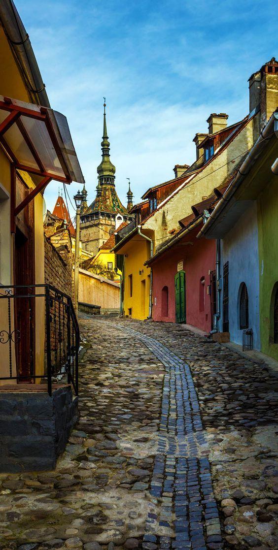 Colorida calle de Transilvania en Rumania.