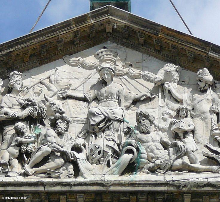 Timpaan stadhuis Amsterdam. 3-hoekig 'dakje' bovenop de tempel, vaak versierd met beeldhouwwerk.