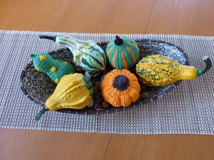 Igazi őszi hangulatot teremt a nappaliba ez az asztali dísz, ami horgolt és igazi tök termésekből áll.