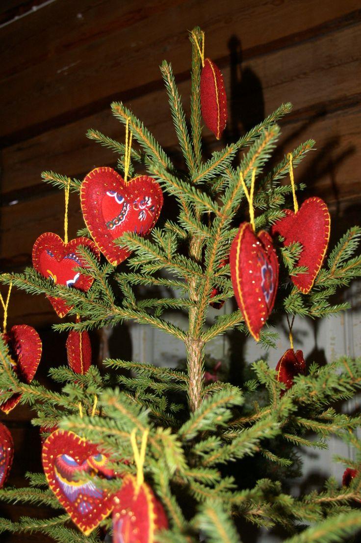 Vackra hjärtan i vadmal och kattuntyg fanns att köpa från Målargården...