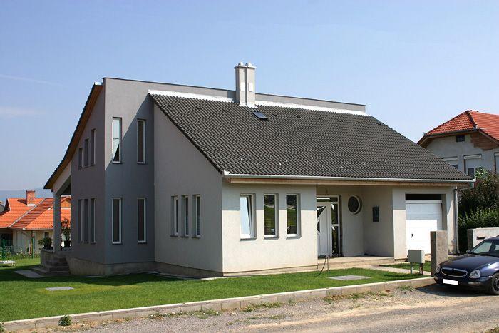 Danubia tetőcserép hagyományos stílusban, Antracit színben egy sötét hangulatú házképen.