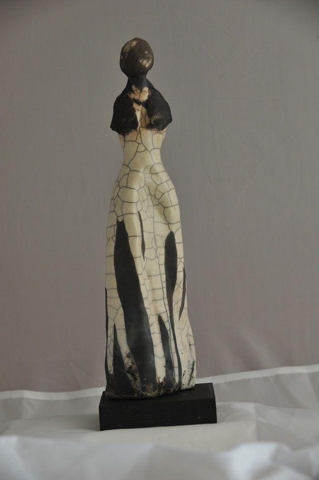 weibliche Gestalt in Ton modelliert, glasiert und gebrannt, Raku-Technik,auf einem schwarzen Holzsockel montiert.     Unikat  Künstlerin: Susanna Hoffmann  **Hinweis:** Bei Versand nach...