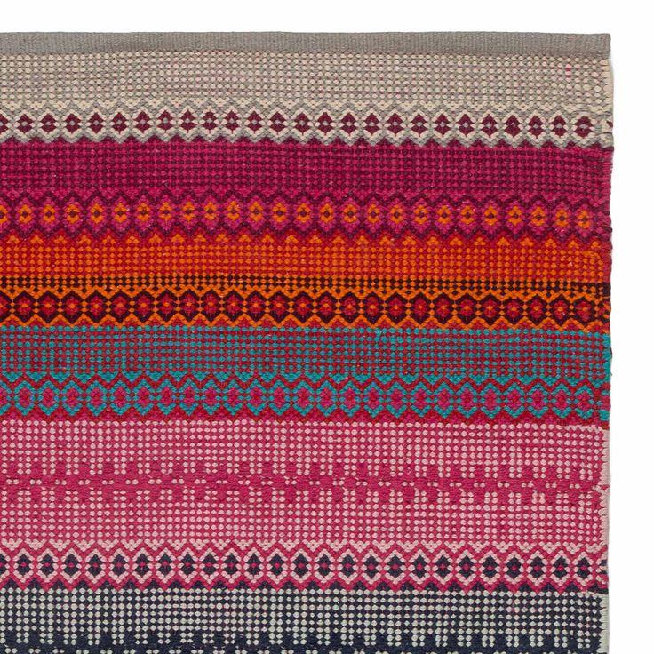 <p>Von unseren erfahrenen Partnern in Indien aus 100% natürlicher Baumwolle in Leinwandbindung verarbeitet, zaubert unser leichter Teppich Aonla eine Prise Ethno-Flair in Ihr Zuhause. Der Mustermix belebt die Sinne und bringt kräftige Farben in Ihr Zuhause.</p> <p>Kombiniert mit einer rutschfesten Unterlage bleibt der Teppich an Ort und<br />Stelle.</p>