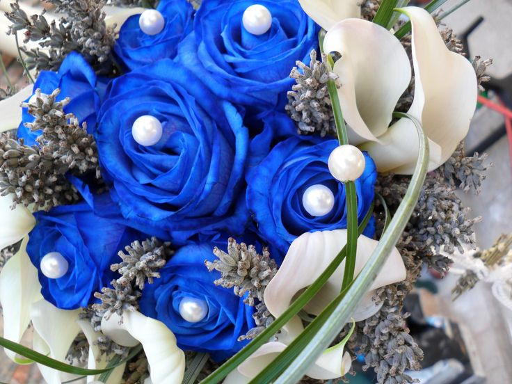 Bouquet of blue roses with pearls set