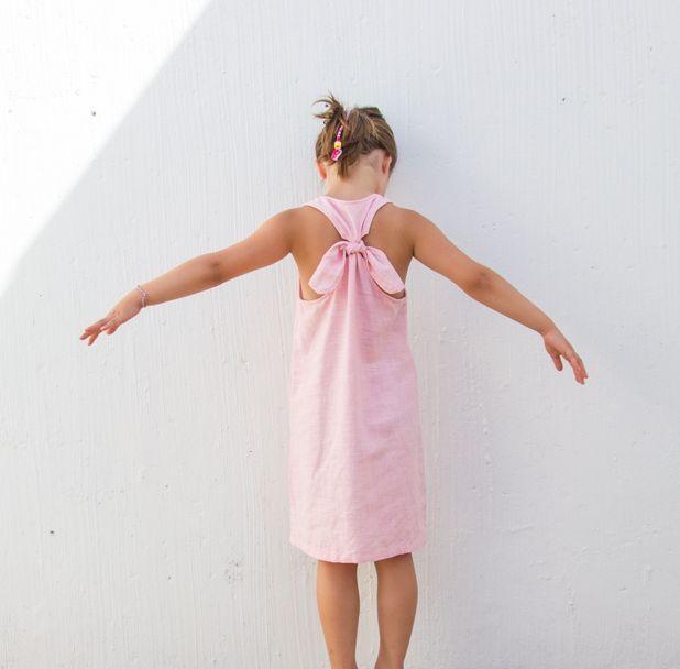 Énorme coup de cœur pour cette petite robe ! Sa forme, son joli dos noué, j'adore ce modèle. Et cousue dans le lin, elle se sublime ! Sur le papier, tout était déjà joli. Les modèles sontd'ailleurs proposés en lin. J'ai donc suivi les instructions très méticuleusement, pour être sure que tout soit parfait. Et …