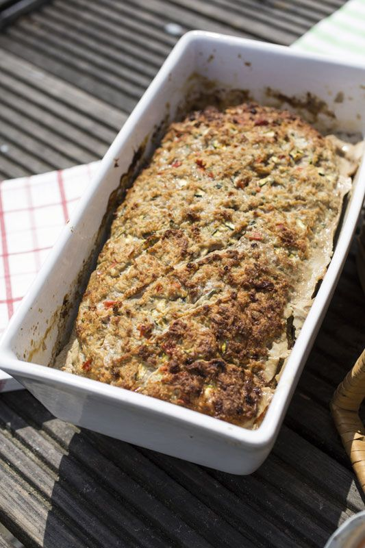 1. Spoel de paprika en verwijder de steelaanzet en zaadlijsten. Snij de paprika en courgette in kleine stukjes. Pel de ui en het teentje look en snipper beide fijn. Pluk de basilicumblaadjes en snij fijn. 2. Voeg het gehakt, de oregano en het paneermeel toe aan de fijngesneden groenten.