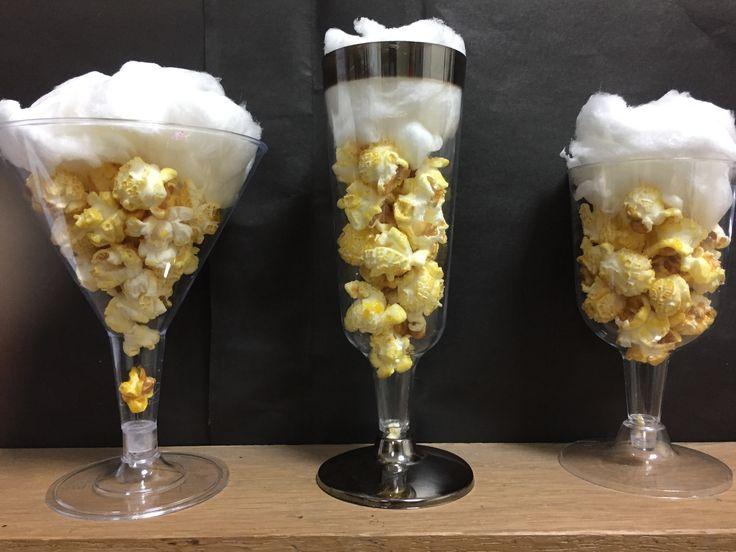 Popcorn met suikerspin in een champagneglas, wijnglas of cocktailglas Dit alles word ingepakt in een blokbodemzakje met een mooie strik