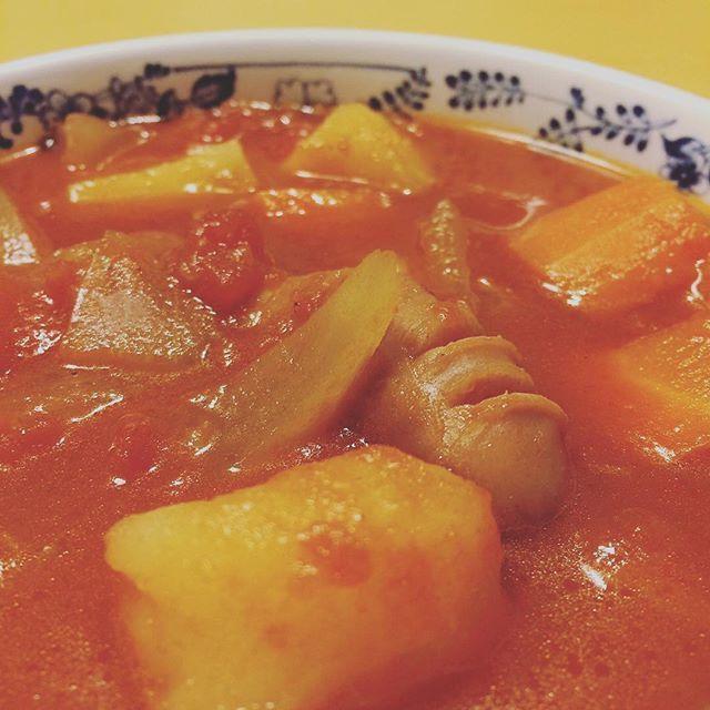 【hayashitokeiho】さんのInstagramの写真をピンしています。《【食道楽夢録】寒くなってまいりました(ノ_<)🌀皆様もカゼには気を付けてお過ごし下さいネ🌀先ずはカラダを内側から温める#温活 が大切かと😋♨️先日#煮込みハンバーグ を作った際の#トマト缶 が余っていたので今晩は#トマトポトフ  をコトコト♨️ #ポトフ#🇫🇷#ミネストローネ#🇮🇹 どっちがどっちだ❓ トマト#🍅 入りがミネストローネと呼ばれる様ですが個人的に具材がゴロゴロしたのをポトフと呼びたいワケで…もういっそ#洋風#おでん#🍢 とでも呼んでしまいたい(笑)#ポカポカ#銭湯#休館日#ショック#代わりに#手料理#煮込み#温まる#休日#休日の過ごし方#三重県#津市#林#親父#時計屋#晩御飯#家飯#男の料理》