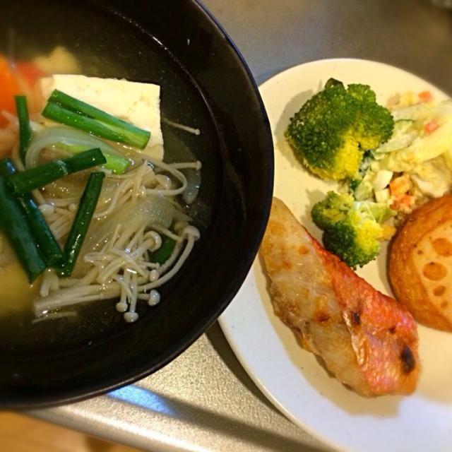 金目鯛のアラが安かったので、潮汁と塩焼き。 ポテトサラダは人参タマネギ卵きゅうり入りバージョン - 9件のもぐもぐ - 金目鯛の塩焼きと潮汁 by makkin27