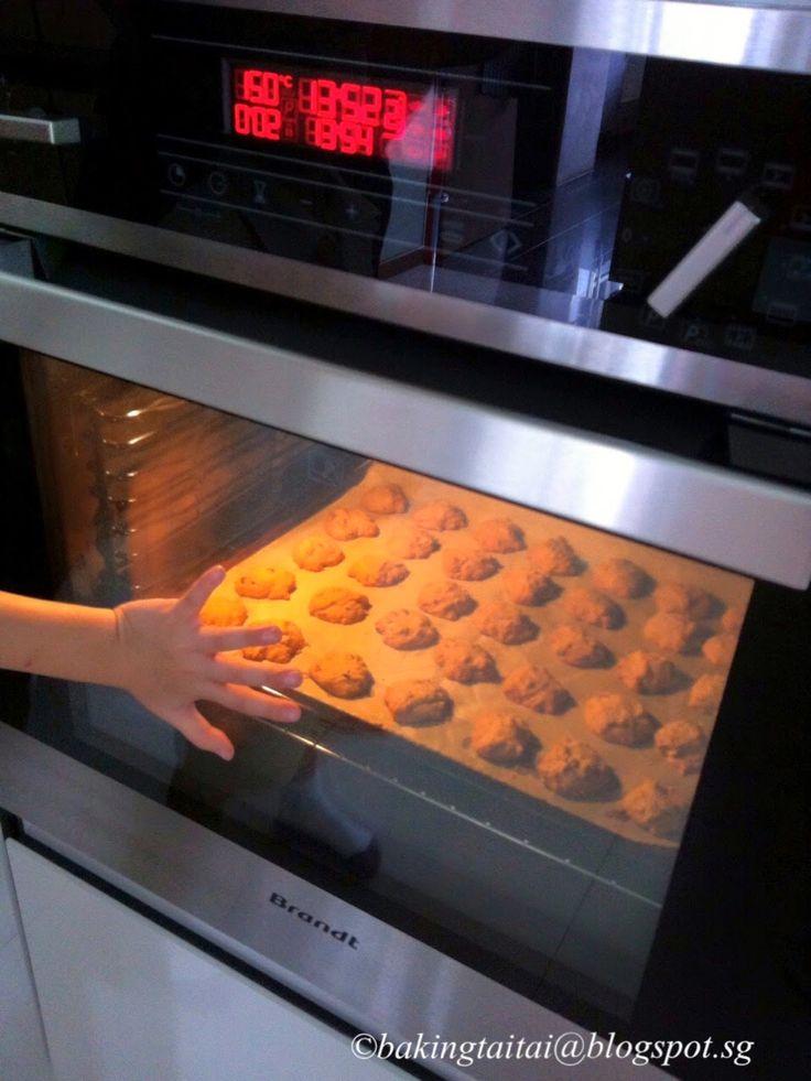Baking Taitai 烘焙太太: 'Famous Amos' Almond and Chocolate Chip Cookie 杏仁巧克力饼干 (中英食谱教程)