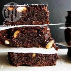 Heerlijke chocolade brownies gemaakt met amandelmeel, zodat deze brownies glutenvrij zijn. Er wordt ook nog eens agavesiroop aan toegevoegd, dus geen geraffineerde suikers. Deze brownies zijn bijna gezond te noemen!