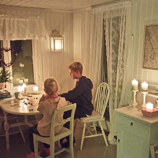 Stolní hry, při svíčkách a praskání krbová kamna.  Vůně žeber a klidné nálady.  A některé vánoční duch pak;)
