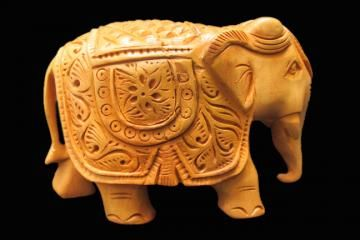 Give an aristocratic touch to your home decor with 'Royal elephant' statue. Featuring an excellent finish, this statue looks extremely classy. artisans have taken care of all the intricate details of this statue.