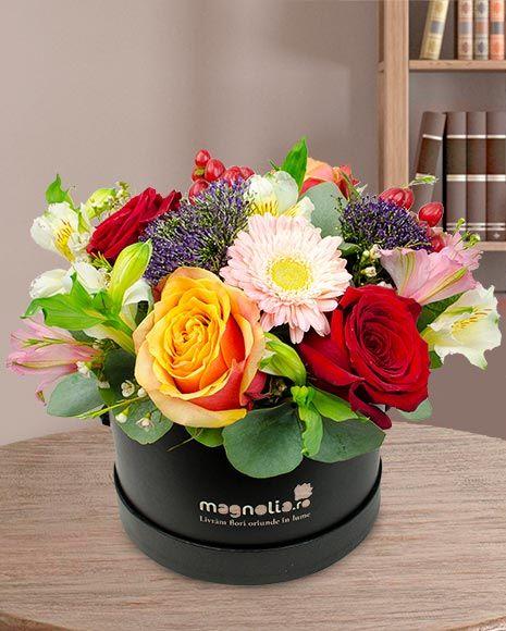 Aranjament floral în cutie cu trandafiri, gerbera si alstroemeria.  Flower arrangement in box with roses, gerbera and perucian lilies.