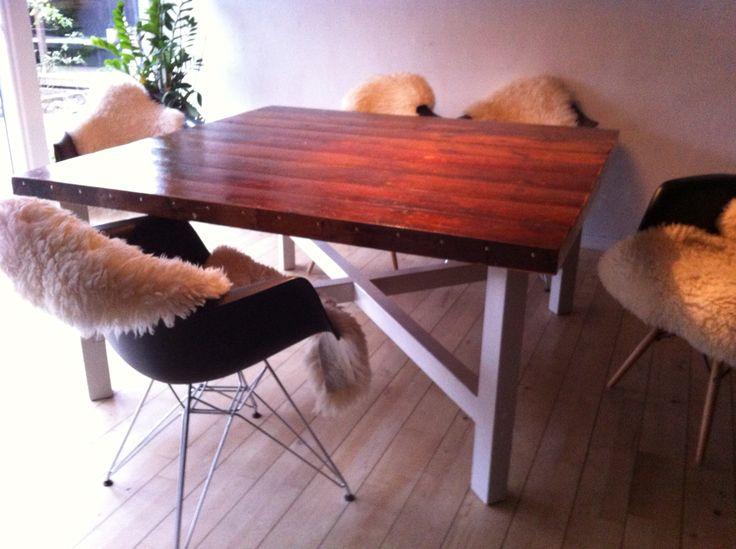 Kvadratisk spisebord på 150•150cm lavet af gamle gulvbrædder med fernis og skibslak