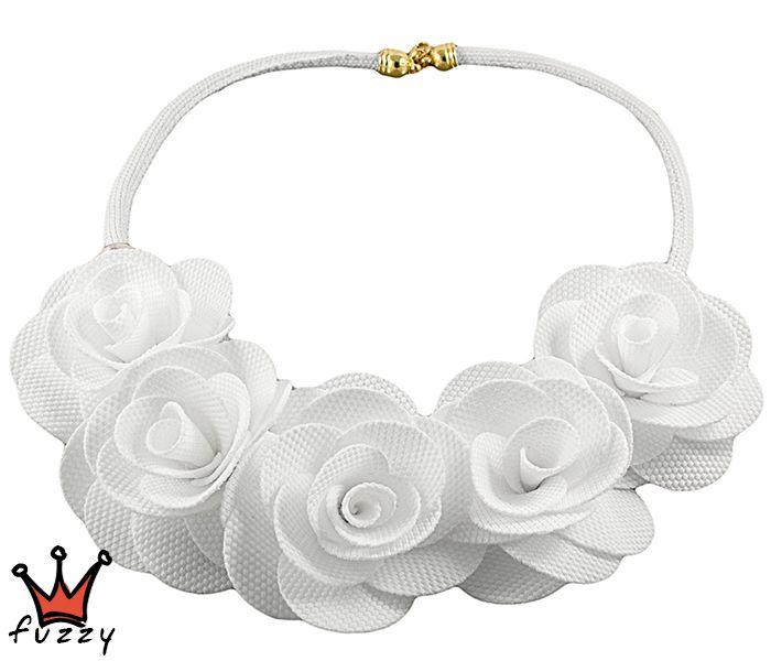 Γυναικείο κολιέ κοντό, με υφασμάτινο κορδόνι  και σειρά από λευκά τριαντάφυλλα από ύφασμα σε λευκό χρώμα.  Κούμπωμα με αλυσίδα.