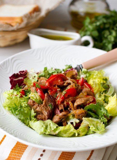 Теплый салат с мясом и сладким перцем.Салат, рецепт которого предлагаем вам сегодня, вполне можно подавать в качестве основного блюда. Он достаточно сытный, но в то же время и довольно ...